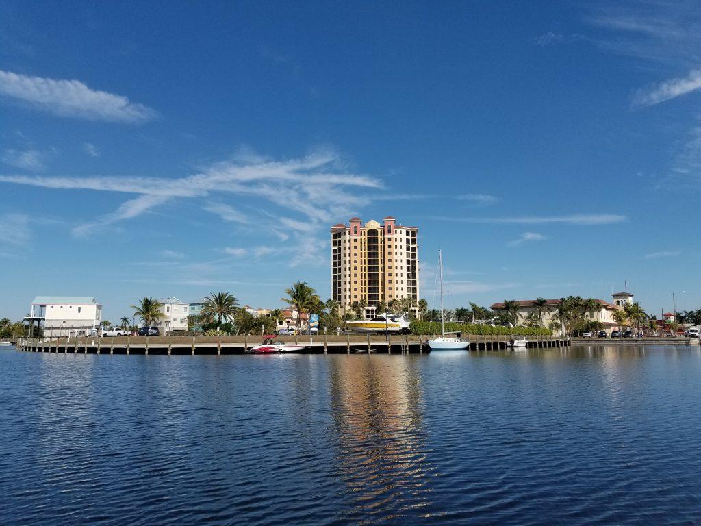 Frontansicht des Hafen von Cape Coral in Florida