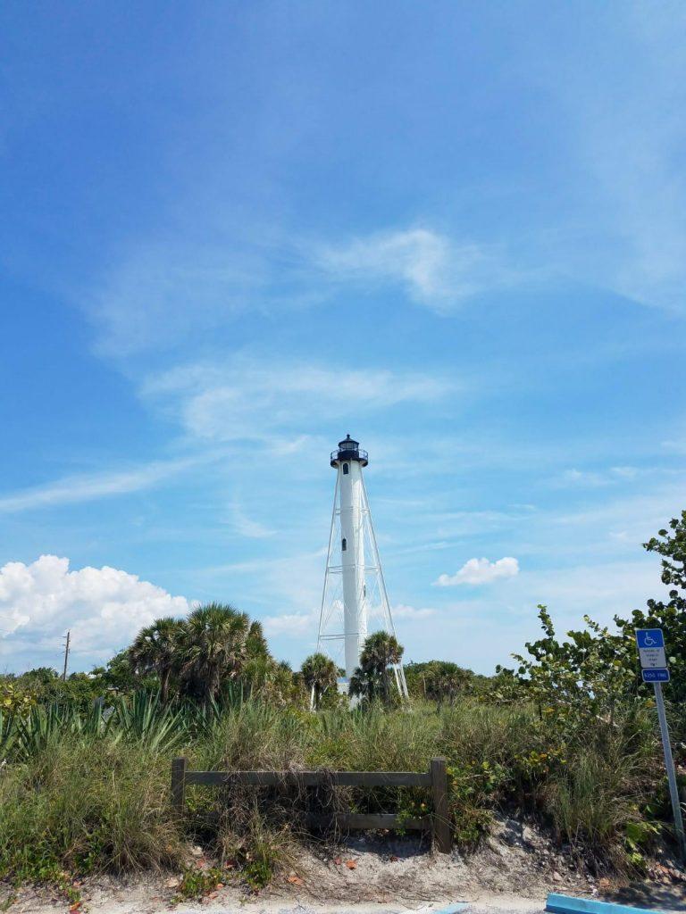 Blick auf den Turm von Gasparilla Island am Strand