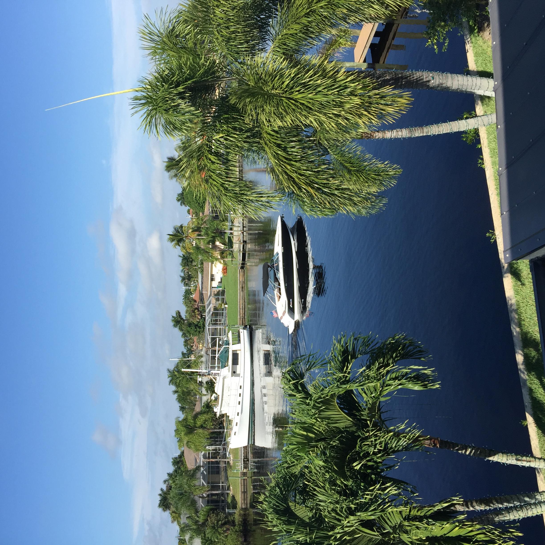 Boot fährt auf Kanal in Cape Coral