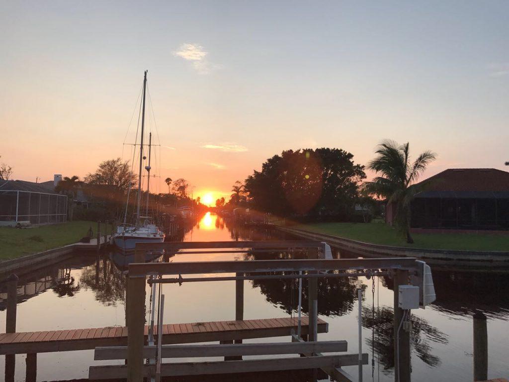 Sonnenuntergang auf Kanal in Cape Coral