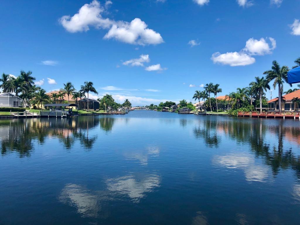 Blick vom Boot vor Villa auf Kanal von Cape Coral